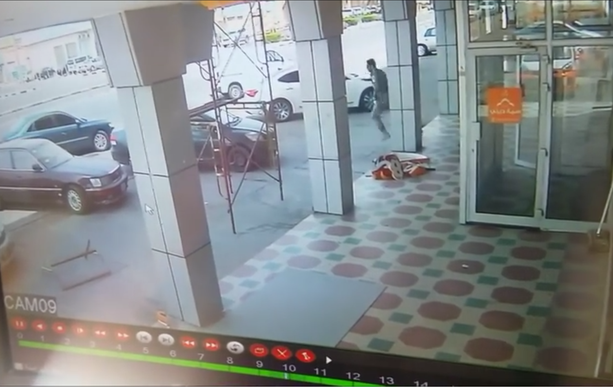 فيديو ?رجل أمن تسرق سيارته امام عينه