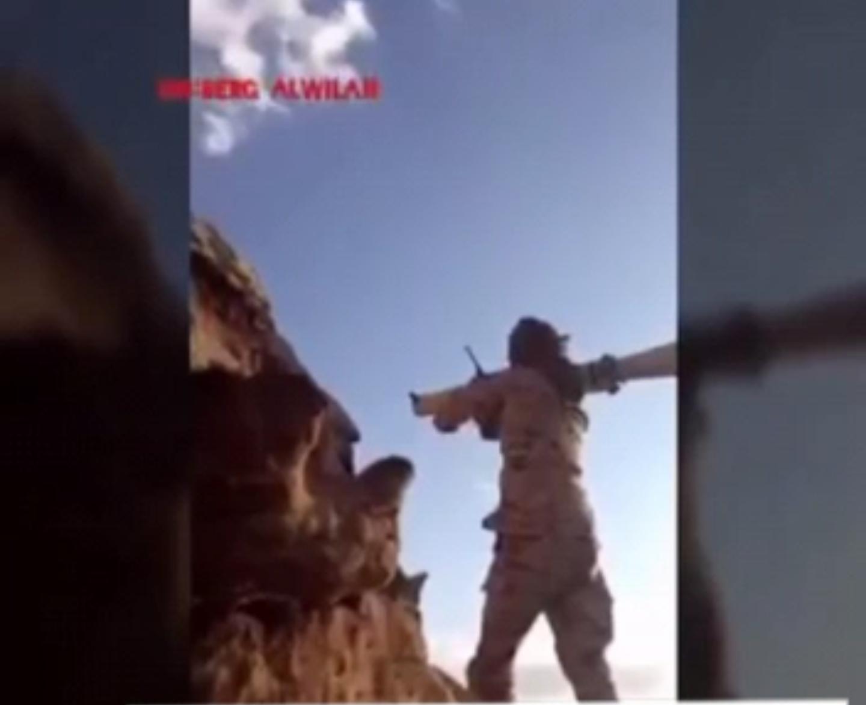 ?حماس احد الجنود في عاصفة الحزم يصور و هو مصاب