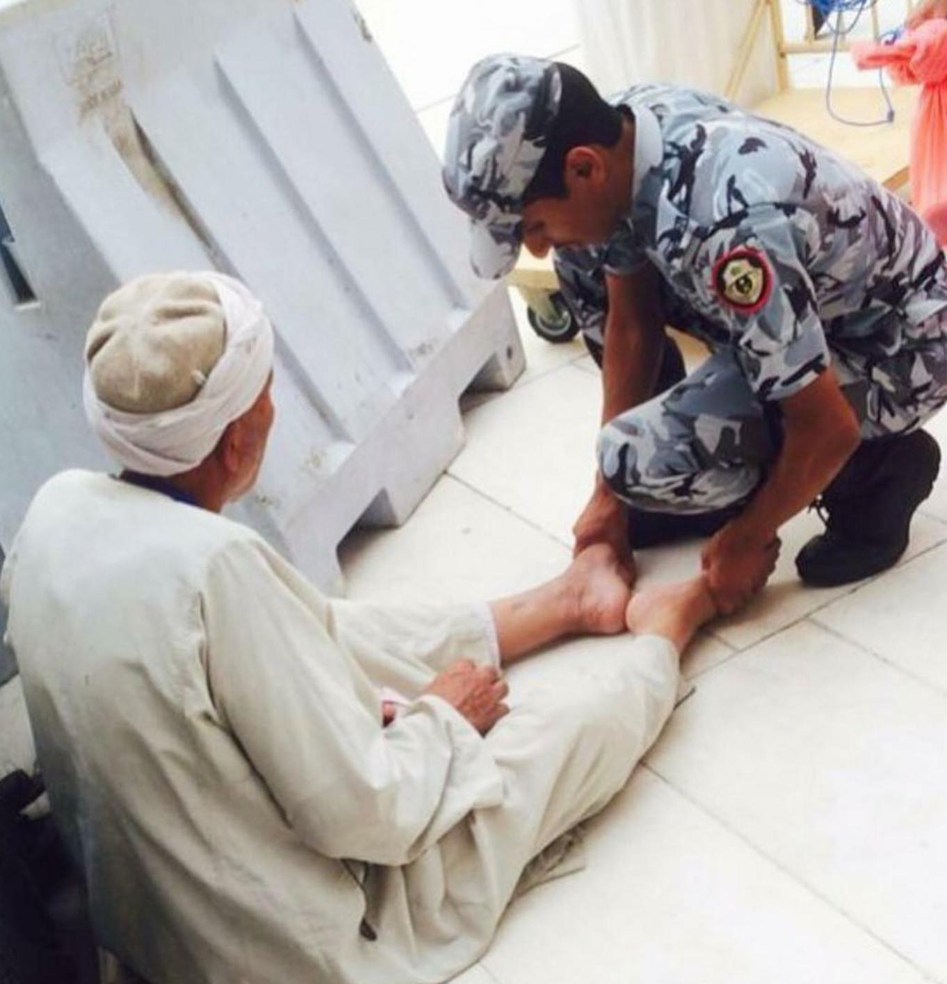 صورة لقطة رائع  بالحرم المكي ﻷحد رجال الأمن