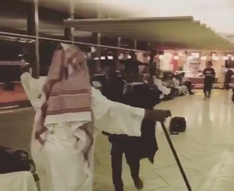 ? فرحة اب بقدوم ابنه المبتعث بالمطار