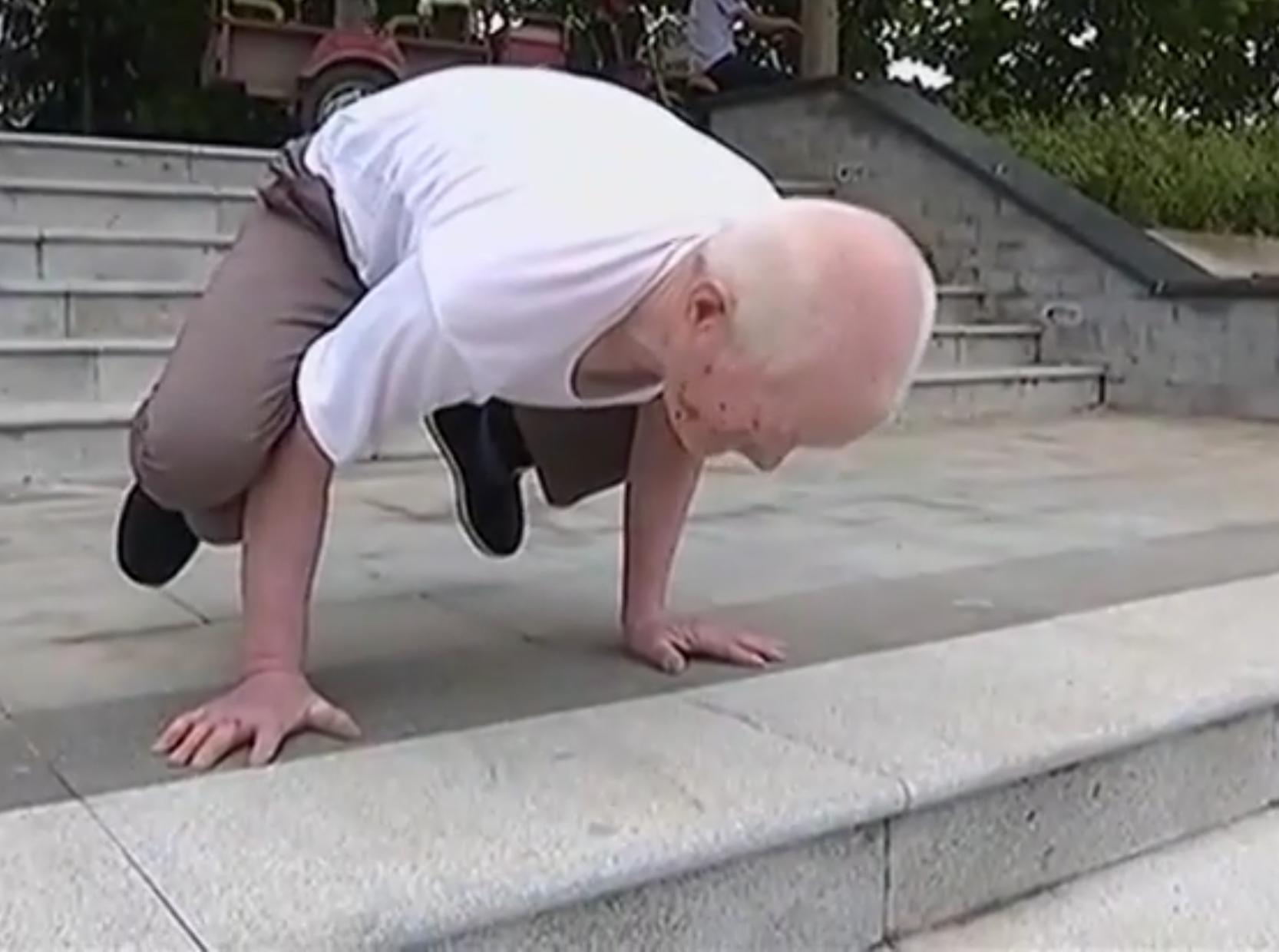 شايب صيني عمره 79 يمارس الرياضة
