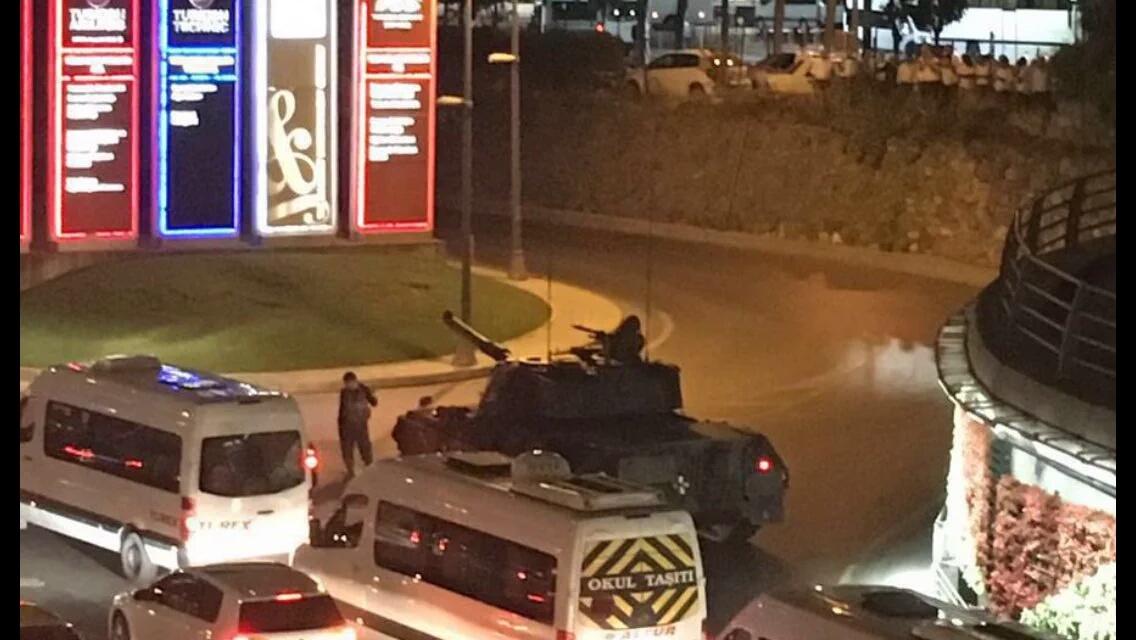 #انقلاب_عسكري_في_تركيا والرئيس التركي يدعوا المواطنين للنزول للشارع لمواجهة الإنقلاب
