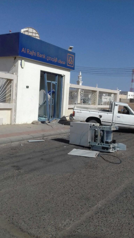 بالصور سارقوا صرافة محافظة خيبر تعطلت الداتسون فتركوها