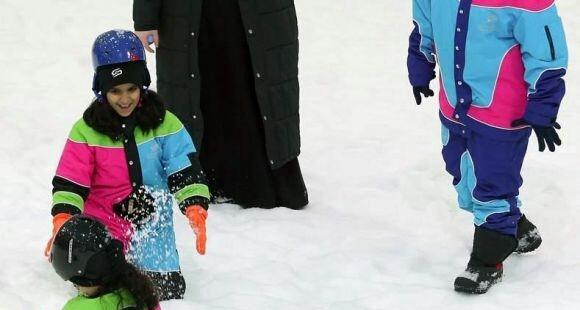 بالصور استمتاع الأسر مع أطفالهم بمدينة الثلج بالرياض