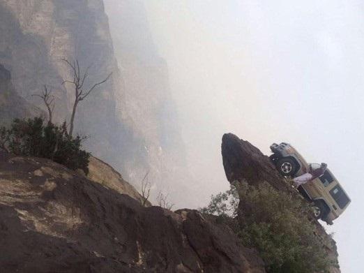بالصور متهور يصعد بسيارته قمة جبل فيفا ويوقف سيارته أعلى القمة