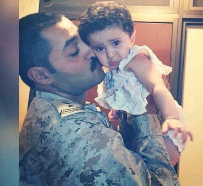 صورة مؤثرة للشهيد #النقيب_عبدالرزاق_الملحم مع ابنته