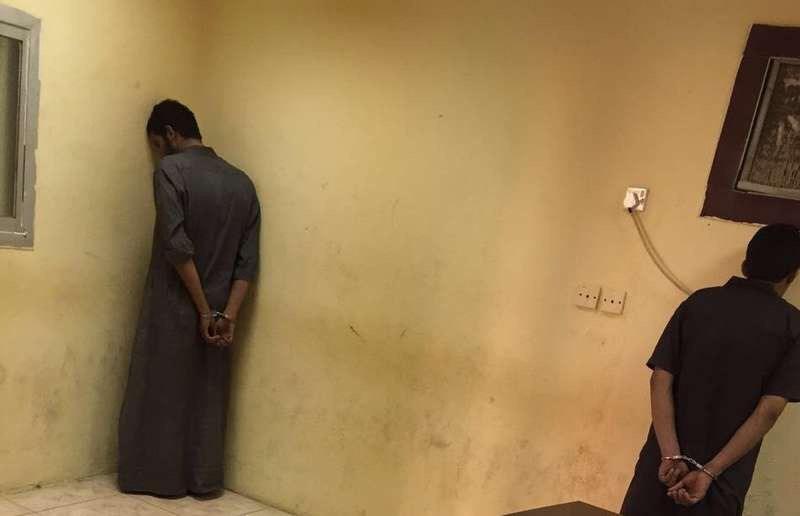 شباب يوهمون العمال بإيصالهم لصلاة الجمعة ويسرقونهم