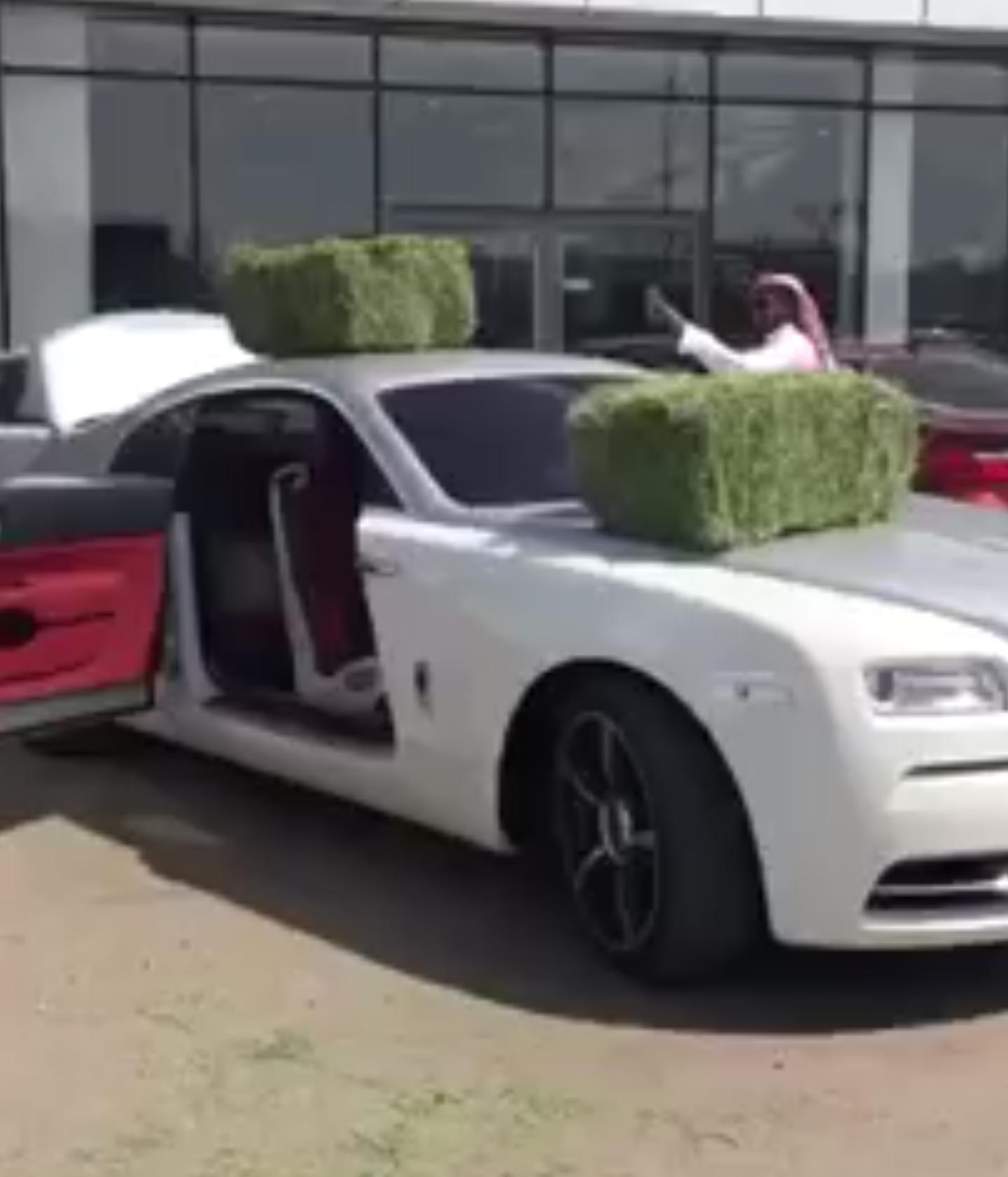 فيديو الامير منصور آل سعود يوقف سيارته الروز رايز أمام الوكالة ويضع عليه أعلاف تعبيرا عن سوء الخدمة