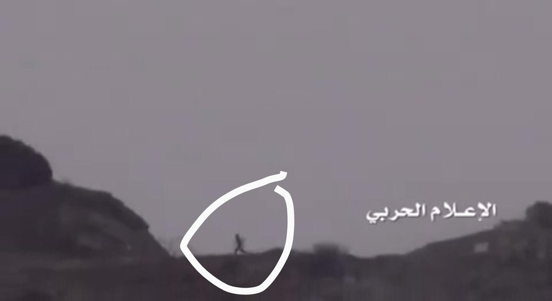 فيديو الحوثيين يحسبون الجندي هرب راح ورجع بالمعدة العسكرية  يفزع لاخوياه