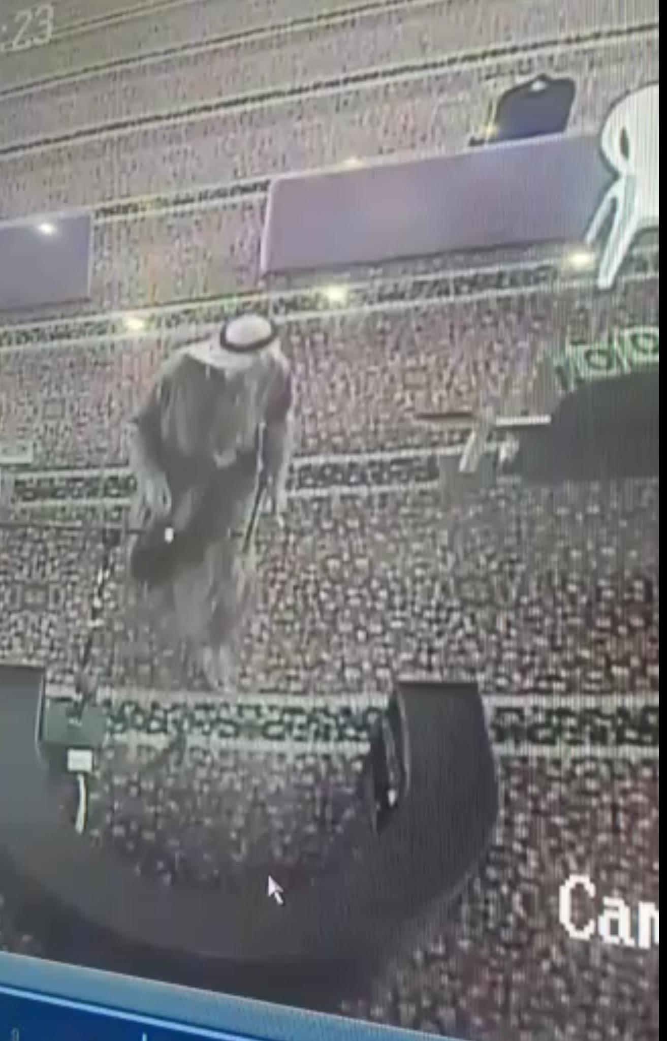 شخص يسكب نجاسته بجامع الملك فهد بتبوك والكاميرات توثق فعلته