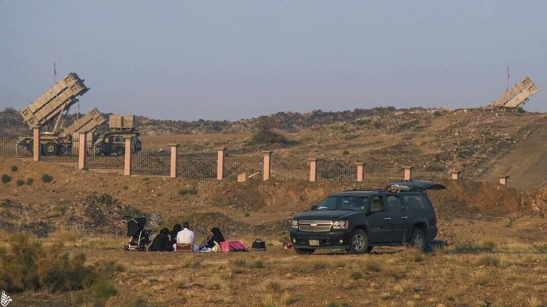 #صورة نزهة عائلية بجوار صواريخ باتريوت على #الحدود_الجنوبية في #عسير