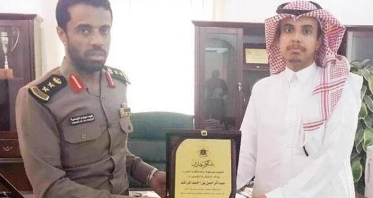 صورة .. معلم بعد أن ألقى القبض على لصين الشرطة تشكره والشعب السعودي يشكره على طريقتهم الخاصة