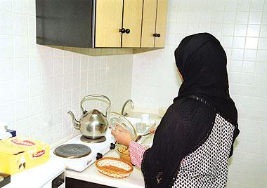 مواطنة سعودية لاحظت ان عاملتها المنزلية تتأخر في الحمام فراقبتها وكانت المفاجأة صادمة !!