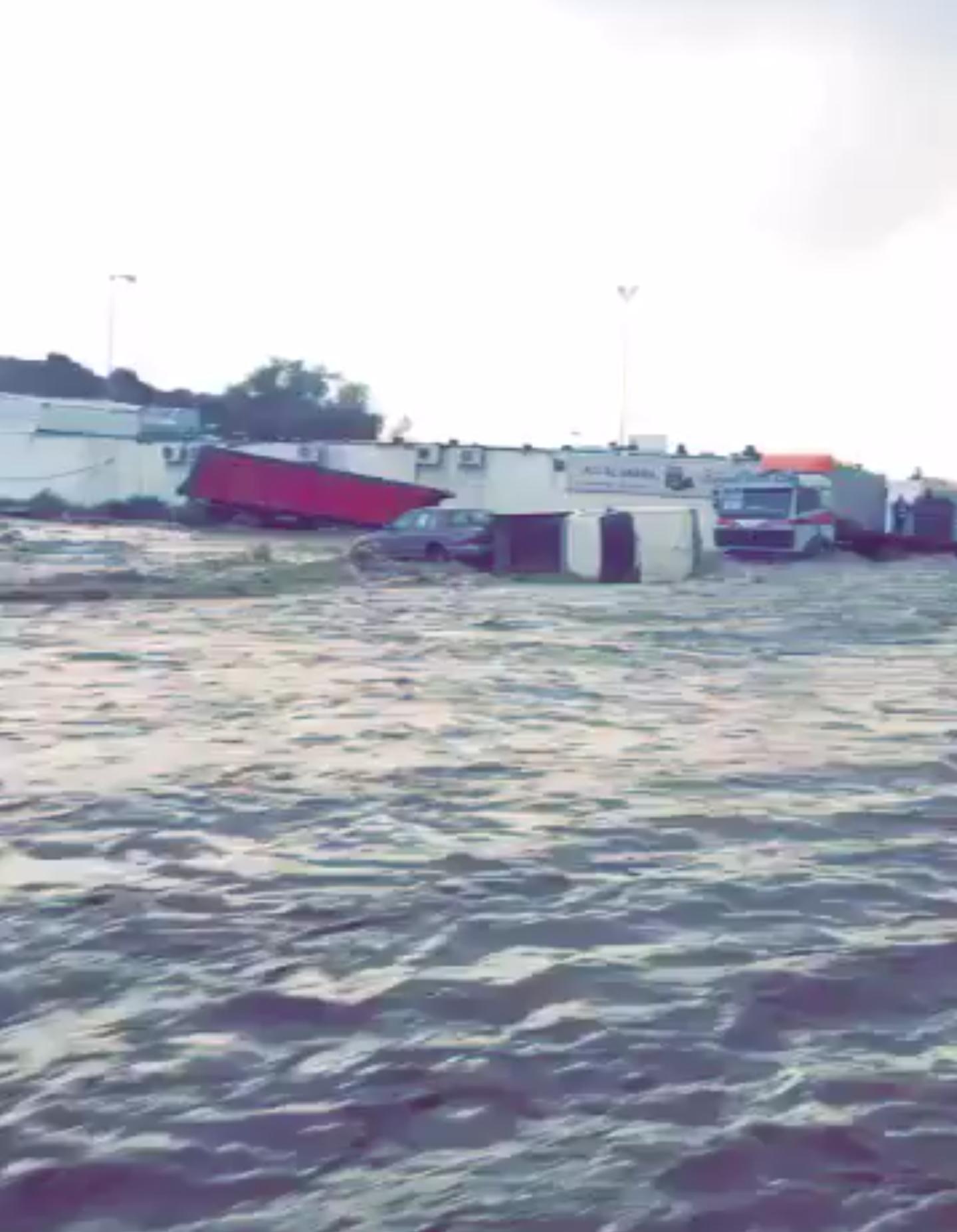 فيديو | الامطار تجرف بعض السيارات في حي ام السباع بـ #الطائف