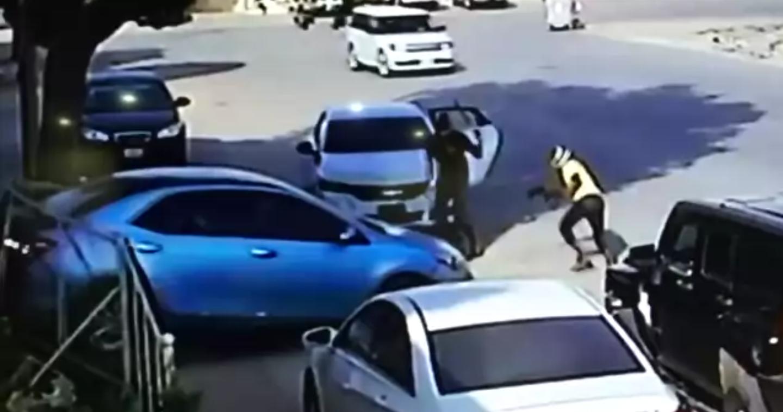 بالفيديو.. ذكاء شخص يحبط  محاولة سرقته في الرياض.. والهدف منها  80 الف ريال
