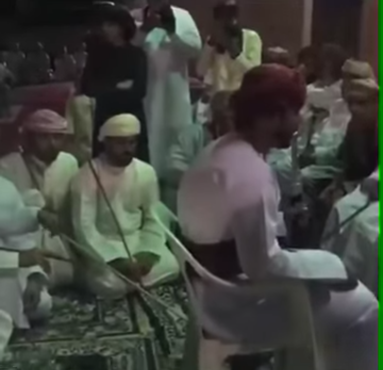 عادة  العريس في عٌمان عند عقد قرانه يتم جلده من الحاضرين
