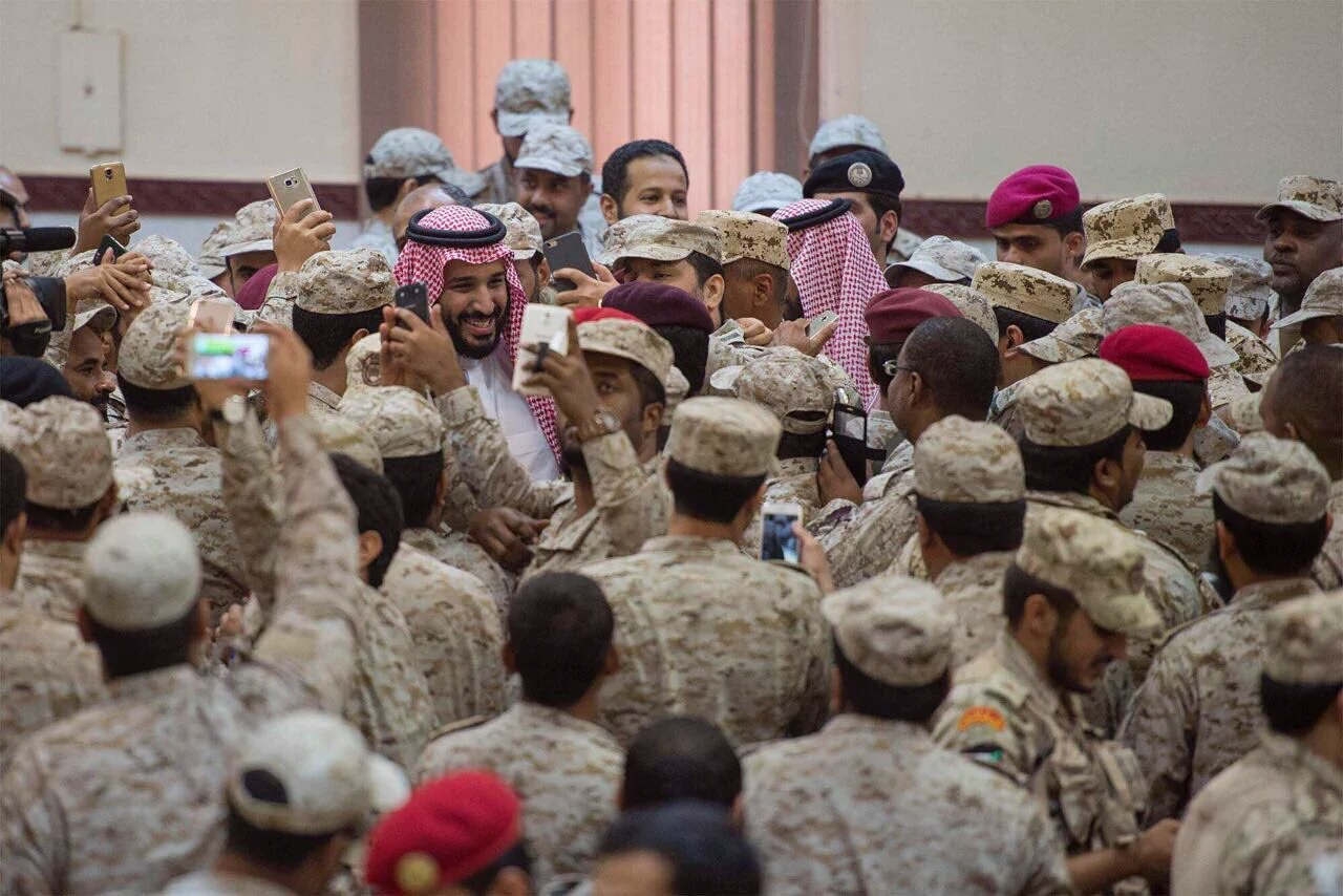 بالصور ولي ولي العهد #محمد_بن_سلمان_بالحد_الجنوبي يشارك الجنود فرحتهم