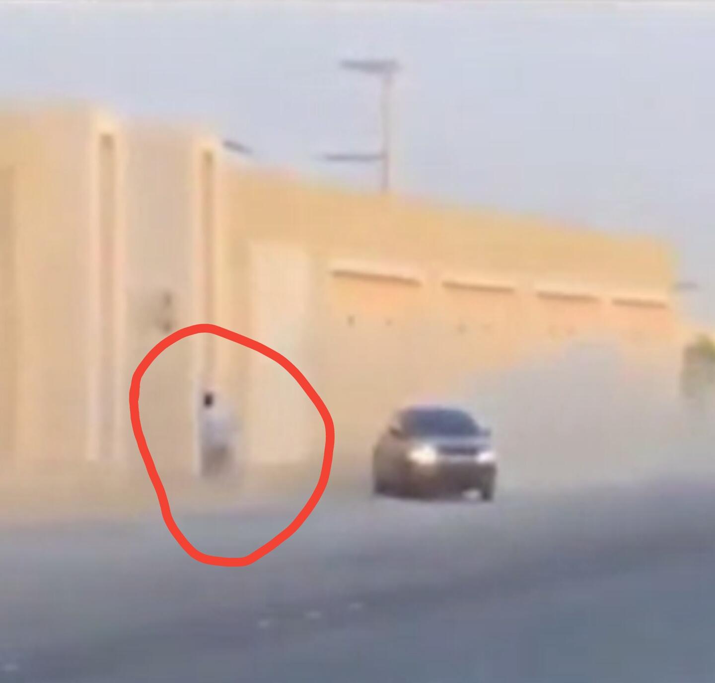بالفيديو نجاة عامل باكستاني من تهور مفحط وعودة المفحط له لإكرامه