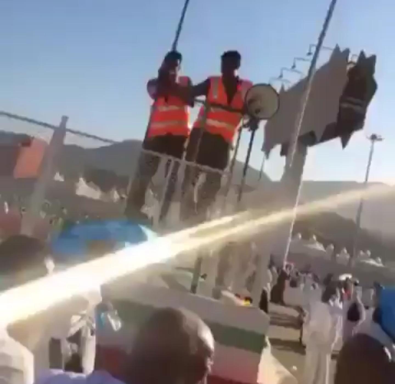 بالفيديو عسكري يوجه الحجاج للجمرات بأسلوب مرح