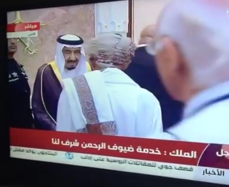 فيديو الكشف عن السبب الحقيقي وراء عدم مصافحة مسؤول يمني للملك سلمان أثناء تهنئته بالعيد