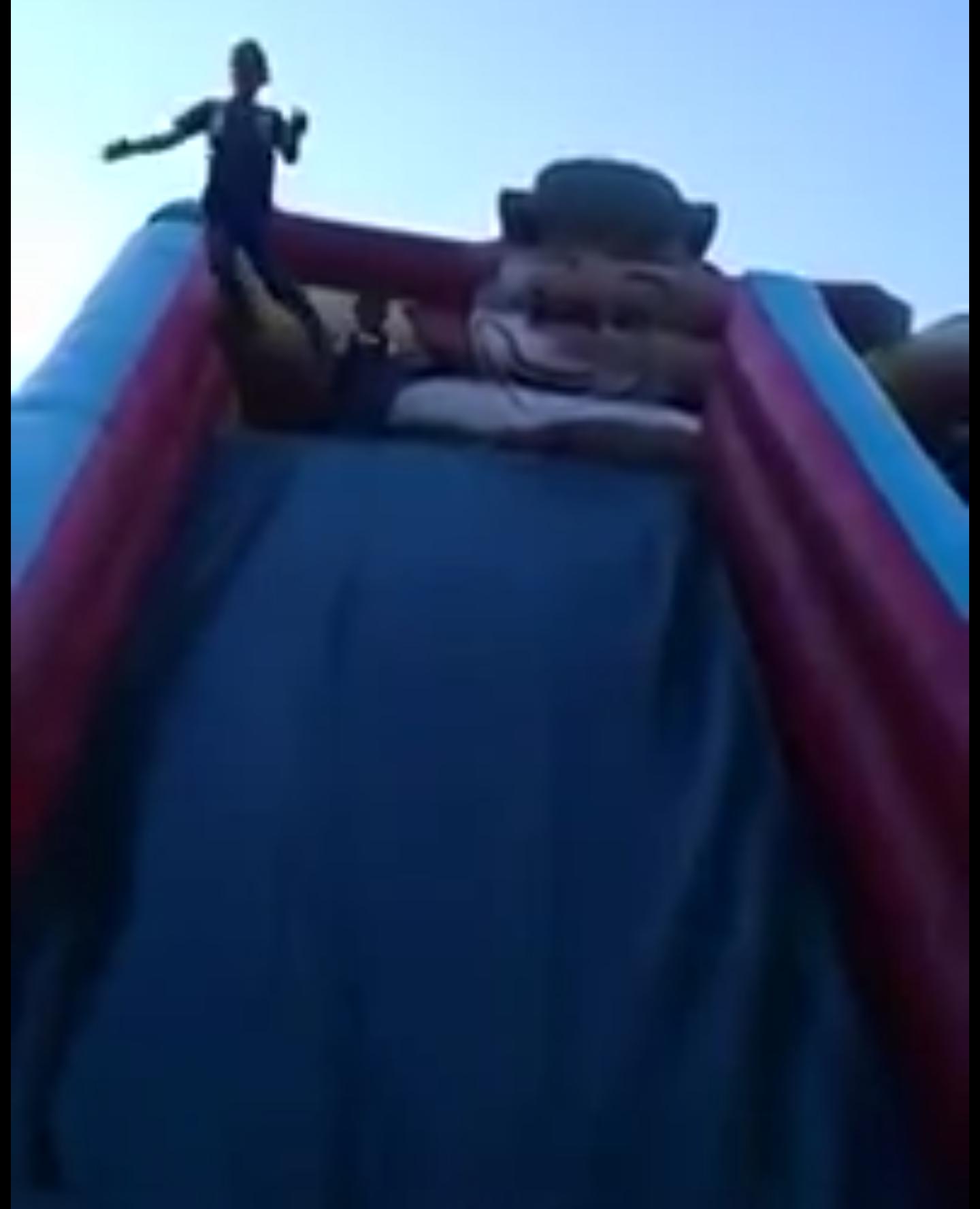 بالفيديو أم تصور ابنها بنطيطة الزحليقة ولم تدري انها ستوثق لحظة سقوطه المريبة