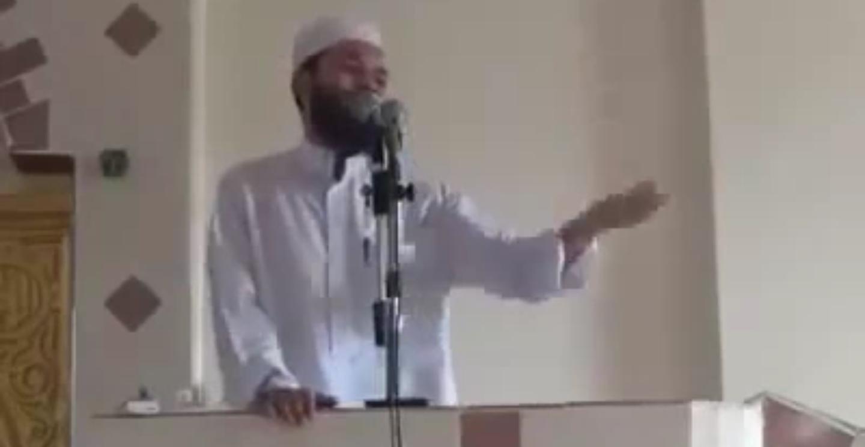 مصلي مصري يقاطع الخطيب أثناء خطبة الجمعة شاهد ردة فعل الخطيب