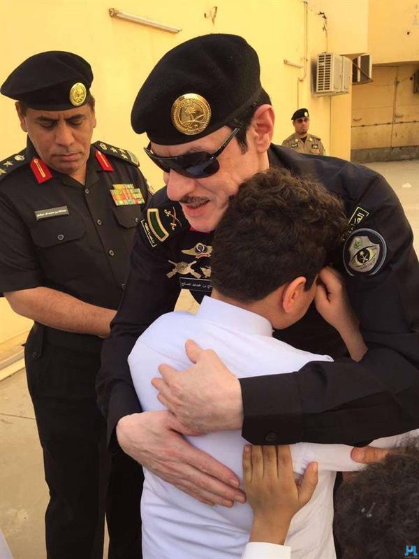 صورة مؤثرة ابن الشهيد《القبي》.. يبكي في حضن اللواء