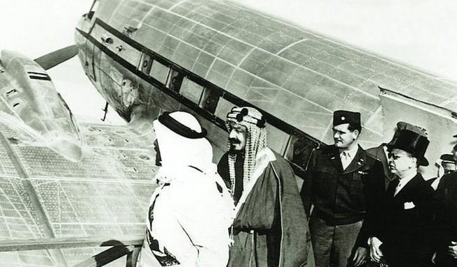 بالصور … أول طائرة مهداة للملك عبدالعزيز