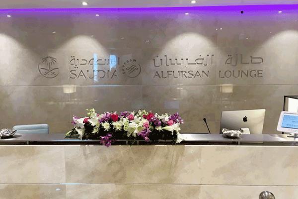 """شاهد.. صالة """"الفرسان"""" الجديدة التابعة للخطوط السعودية بمطار الملك خالد"""