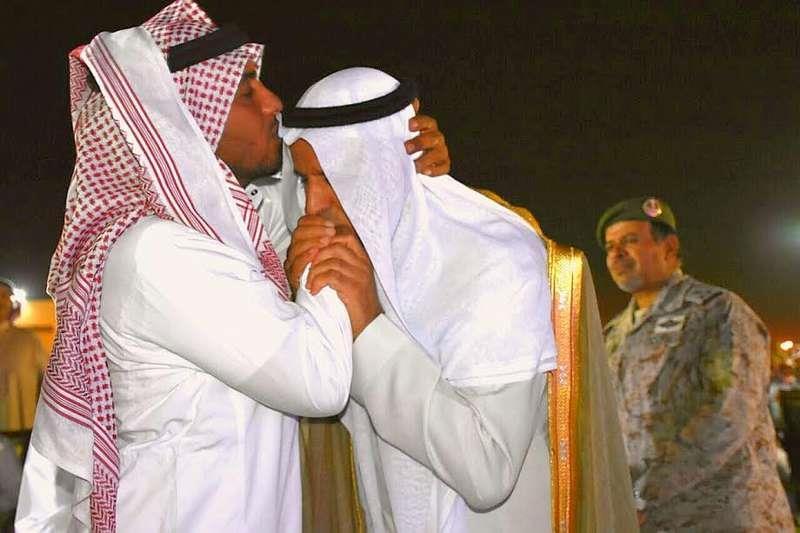 بالصور لماذا قام اللواء ركن الشهري بتقبيل يد هذا العسكري !