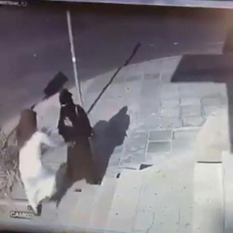 كاميرا مراقبة ترصد شاب بالقريات يترصد فتاة ويقوم بسرقتها بالقوة