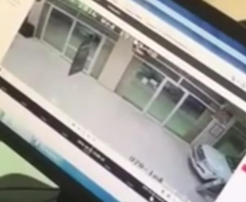 كاميرات مراقبة توثق اقتحام سيارة جي ام سي لوكالة تويوتا في طريف