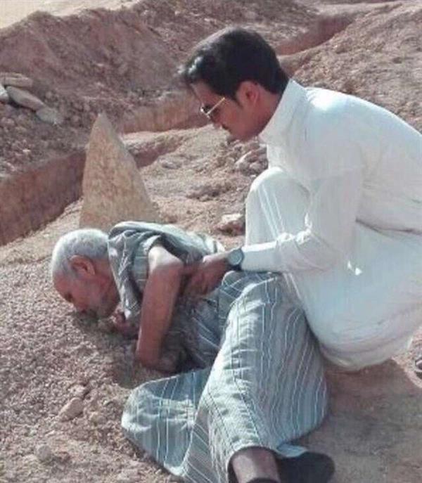 صورة لمواطن مسن ينكب على قبر زوجته ويقبله.. وابنه يوضح التفاصيل