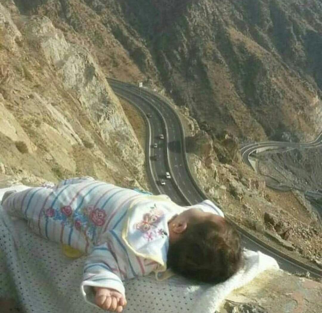 (صورة) أي جنون تصوير وصل بهما للمجازفة بحياة الطفل!!