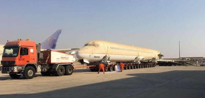 #فيديو وصور | سابقة هي الأولى من نوعها .. نقل طائرة من #جدة للرياض على ظهر شاحنة 