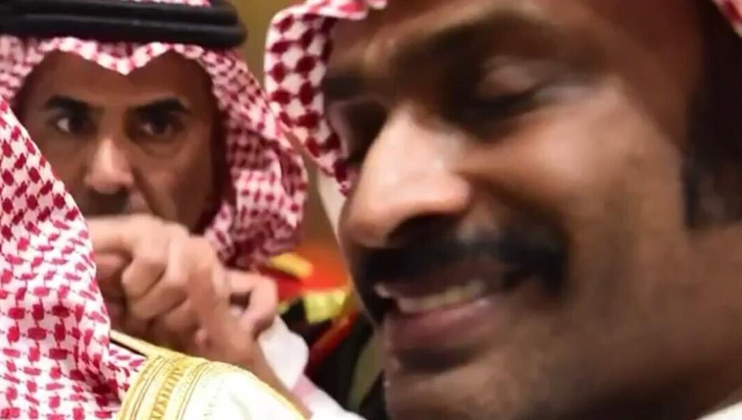 """بالفيديو: شاهد ردة فعل """"عبد العزيز الفغم"""" عندما وضع الفنان حبيب الحبيب يده على كتف الملك"""