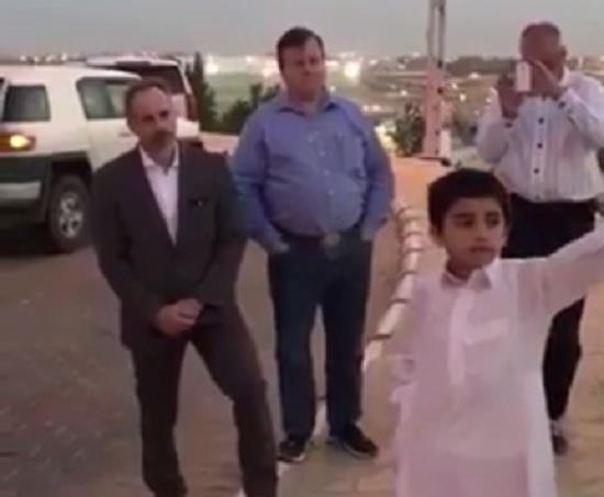 """بالفيديو.. مرشد سياحي يستعين بـ""""طفل"""" ليترجم لسياح أجانب بالقصيم"""