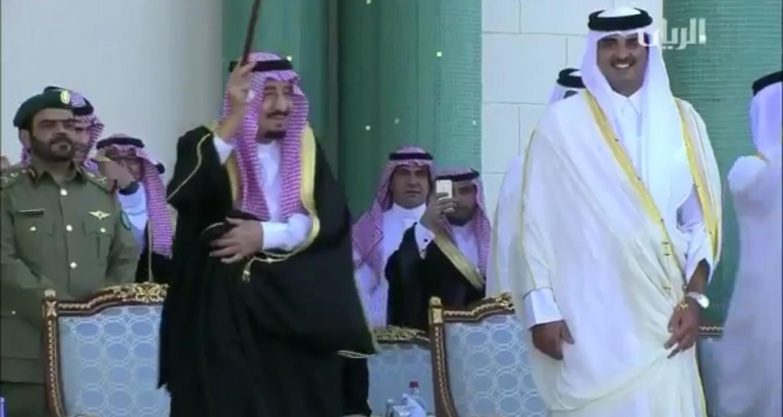 #فيديو الملك سلمان يرقص طرباً وفخراً#الملك_سلمان_في_جولة_خليجية #السعودية #قطر_ترحب_بملك_الحزم