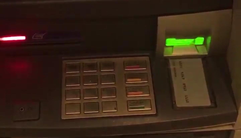 شاهد ماذا وضعت العصابات بإحدى صرافات البنك الأهلي ليكتشفها شخص احذروا