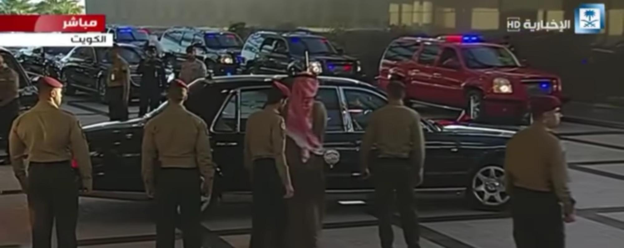 موكب ملكي واستقبال شعبي مهيب لخادم الحرمين الشريفين لدى وصوله #الكويت