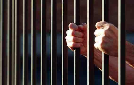 مقطع فيديو وثقته الأجهزة الأمنية لرئيس بلدية ينتهي به إلى السجن