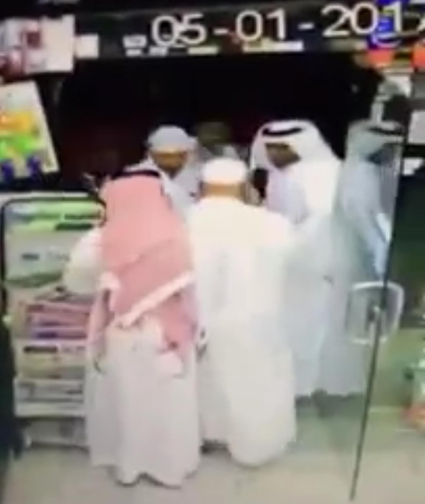 كاميرا بقالة  ترصد عصابة سرقة محترفة في جدة تسرق محفظة مواطن