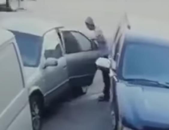 بالفيديو.. لص يسرق سيارة ويبتعد بالمسروقات أمام نظر صاحبها