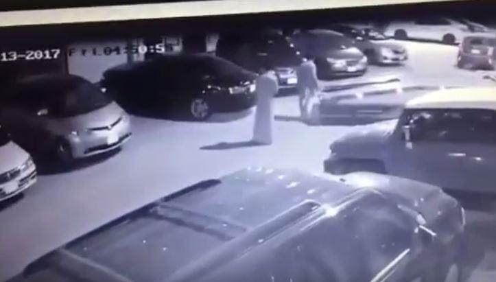 """بالفيديو.. مجهولون يسرقون سيارة حكومية على """"سطحة"""" من أمام منزل مواطن بالرياض"""