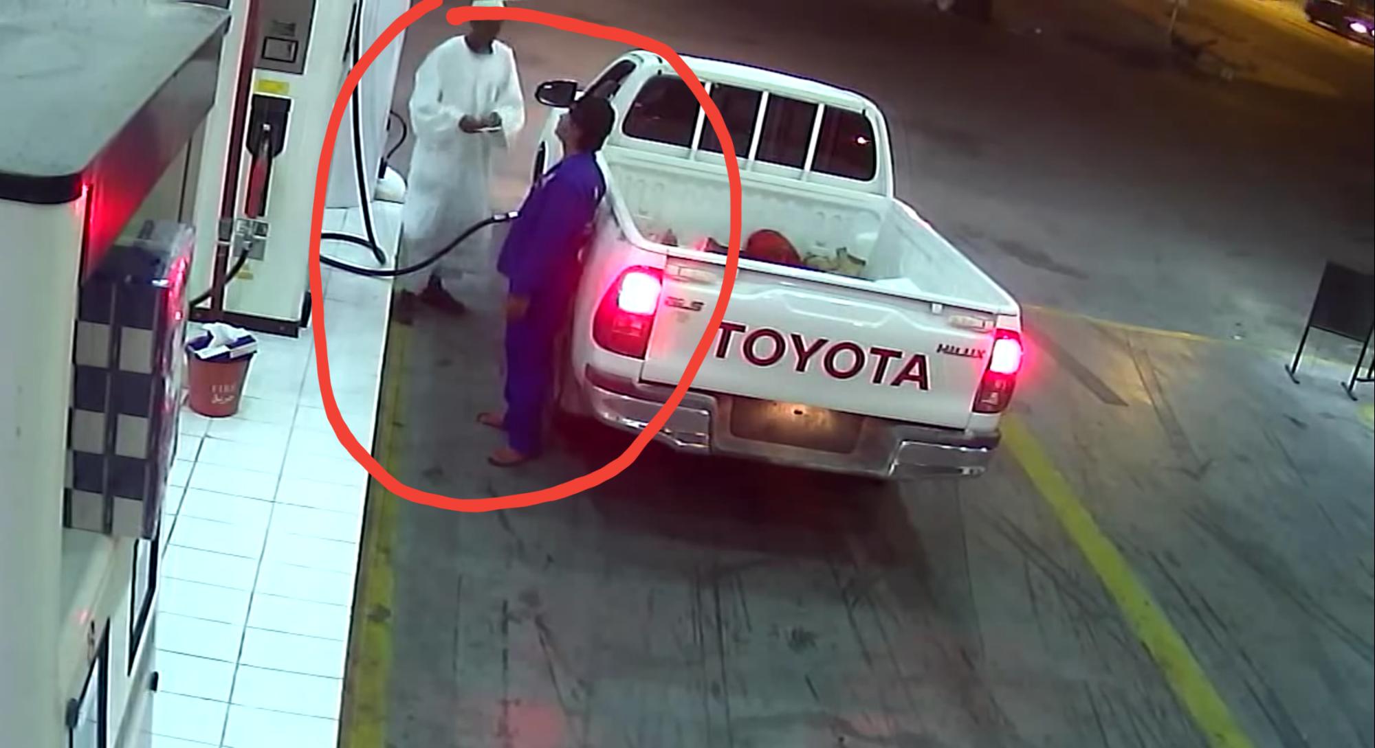 فيديو هروب هايلوكس من محطة وقود وقفز السوداني إلى حوض السيارة