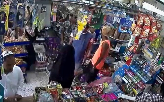 استدرجته سيدة فدفع الثمن.. شاهد: عملية سرقة لبقالة في حي الرويس بجدة
