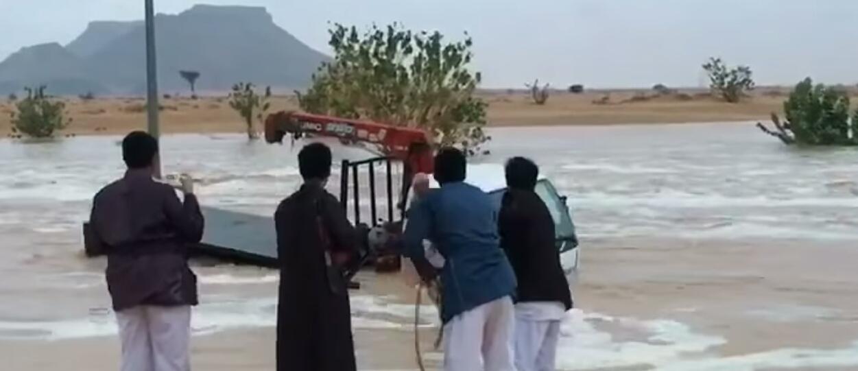 بالفيديو شباب أنقذوا مصري من الغرق شاهد كيف احتفلوا بالفرحة ههههه