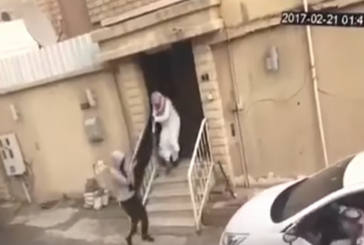 #فيديو : مواطن يتفاجأ بلصين يسرقان شاشة من منزله وعند مقاومتهما حاولا سرقة سيارته