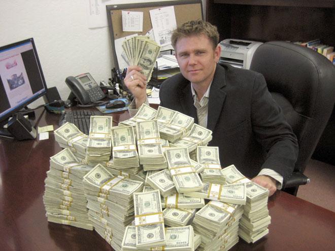 بدأ حياته من الصفر.. مليونير يكشف سرّ الوصول إلى عالم الثراء في 5 خطوات فقط