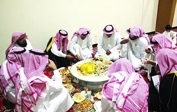 مواطن يستنجد بأقاربه وأصدقائه لمساعدته بعد سرقة وليمة ضيوفه بالخبر
